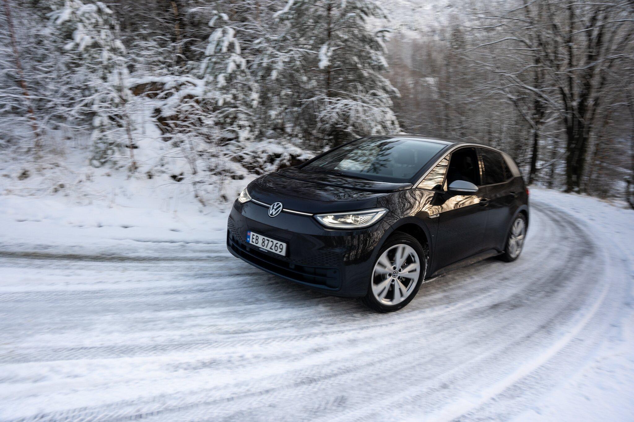 Volkswagen ID3 opp bakke snø.jpg